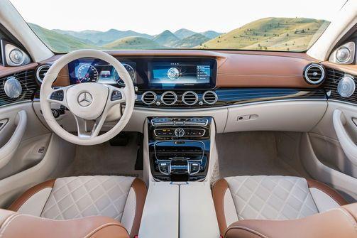 Das Cockpit der neue E-Klasse von Mercedes: Zwei große Displays dominieren den Armaturenträger.                                                                                                                                                                                 Mehr