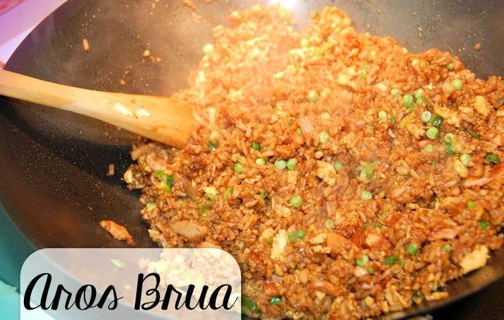 Op veler verzoek volgt hier een recept van Aros Brua. Technisch gezien is dit één van de gerechten die geen echt 'standaard' recept heeft. Net zoals de Indonesische nasi goreng en de Su…