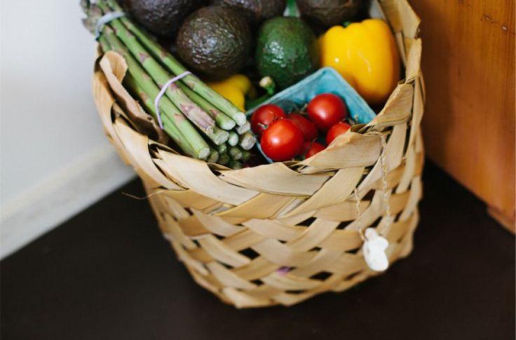 Wat koop je biologisch en wat hoeft niet per se?    Het liefst biologisch  1. selderij 2. perziken 3. aardbeien 4. appels 5. binnenlandse bosbessen 6. nectarines 7. zoete paprika 8. spinazie & boerenkool 9. kersen 10. aardappelen 11. geïmporteerde druiven 12. sla  Hoeft niet per se biologisch  1. uien 2. avocado's 3. suikermaïs 4. ananassen 5. mango's 6. zoete erwten 7. asperges 8. kiwi 9. kool 10. aubergine 11. kantaloepa 12. watermeloen 13. grapefruit 14. zoete aardappelen 15. zoete uien