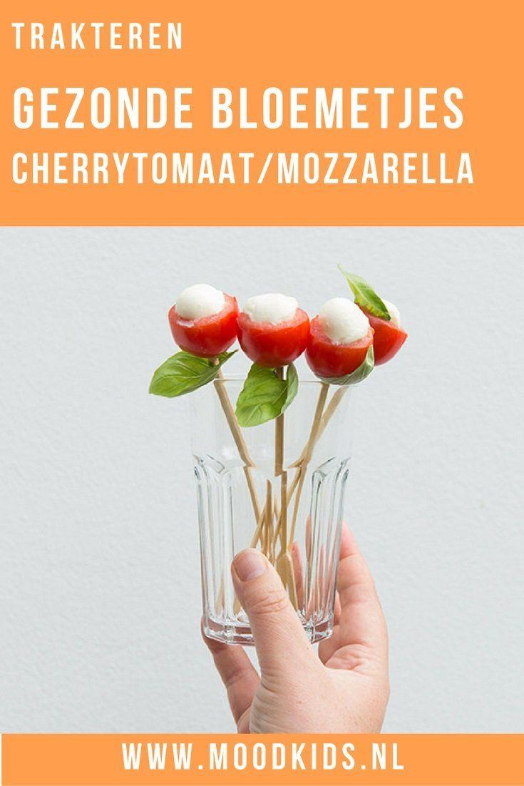 Trakteer je liever op een gezonde traktatie? Deze gezonde bloemetjes van mozzarella, cherrytomaat en basilicum maak je eenvoudig. Ook leuk als hapje!