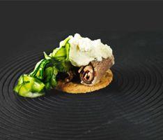 Oksebryst med peberrodscreme og syltede agurker - klik på billedet for at se mere... #karenvolf #digestive #opskrift #tapas #snack #fuldkorn