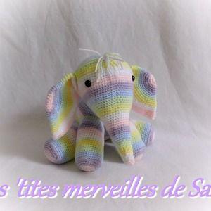 Doudou/peluche bébé éléphant arc-en-ciel au tricot en laine acrylique