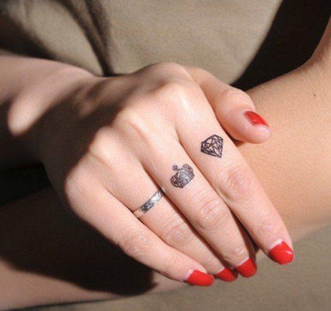 diamant et couronne tatoués sur les doigts