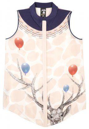 Art-to-wear - Das englische High Fashion Label Mother of Pearl steht für sein individuelles Designkonzept: saisonale Kooperationen mit Künstlern aller Art sorgen für das Markenzeichen der Brand: extravagante Prints im sportlich luxuriösen Look. Der Printmix auf der cremefarbenen Seidenbluse ist inspiriert von der Londoner Künstlerin Polly Morgan. In typischer Stillleben-Manier setzt sie klassische Tierpräparate in einen surrealen Kontext. So auch das Hirschgeweih mit aufsteigenden…