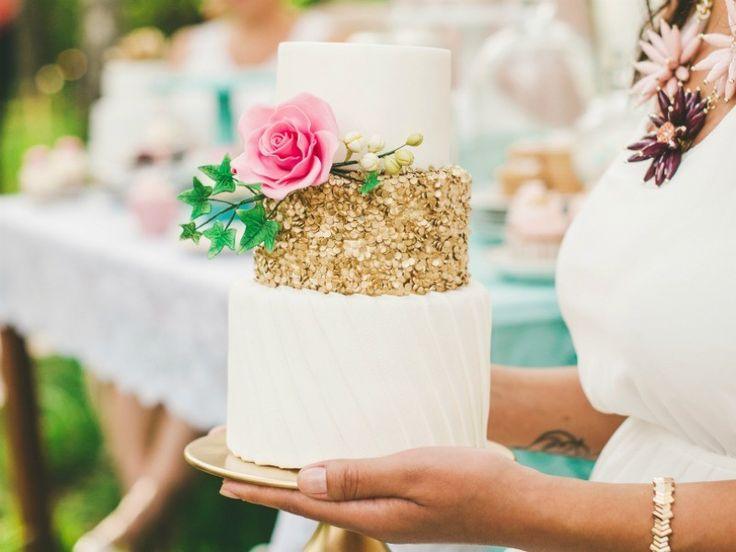 METALIZADOS Y 'GLITTER'  Todo lo que brilla será el lema de las bodas de 2017: se llevan los metalizados, especialmente en oro, plata y oro rosa, y los destellos de purpurina, incluida la purpurina comestible de la tarta de bodas, o los vestidos de novia . Estos colores potentes funcionan especialmente bien con los neutros: no tengas miedo a combinarlos con una paleta más clásica, tanto si es el tema central de la boda como si sólo son acentos brillantes.