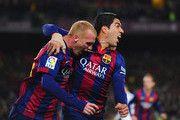 Jeremy Mathieu de Barcelona (L) celebra con Luis Suárez como él anota su primer gol con un cabezazo durante el partido de Liga entre el FC Barcelona y el Real Madrid CF en el Camp Nou el 22 de marzo de 2015, de Barcelona, España.