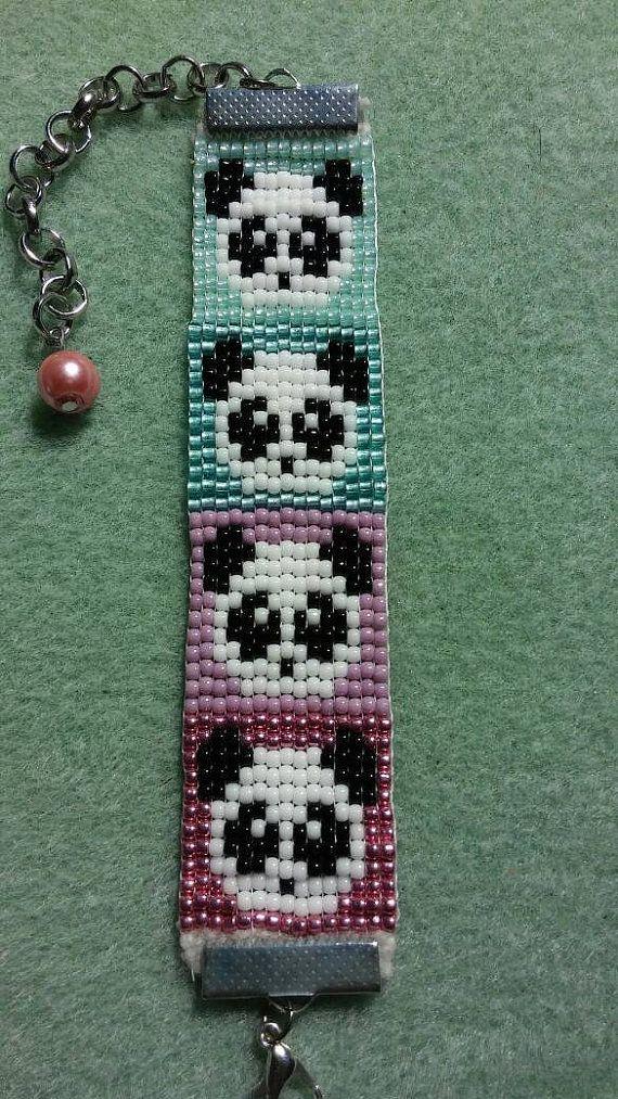 Panda Bear beaded loom bracelet. van LawrenceFamilyCrafts op Etsy
