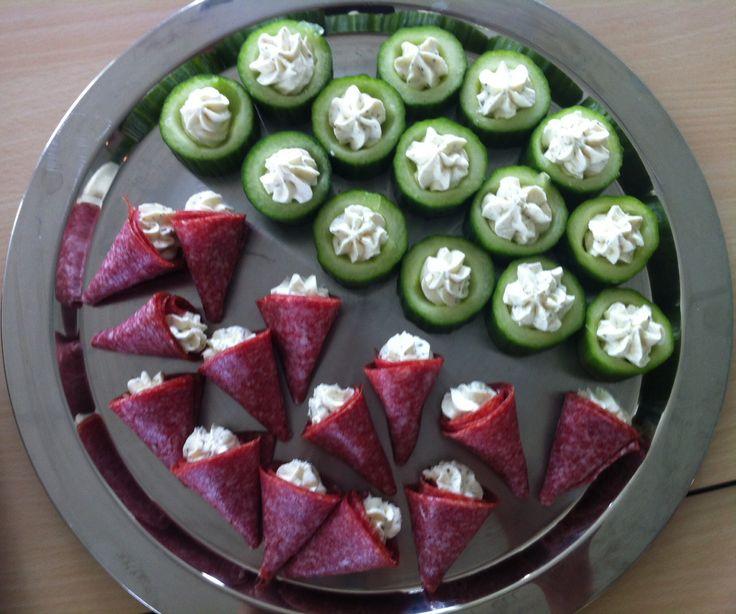 Komkommer uithollen en vullen met roomkaas Cervelaatworst opgerold tot toeter gevuld met roomkaas