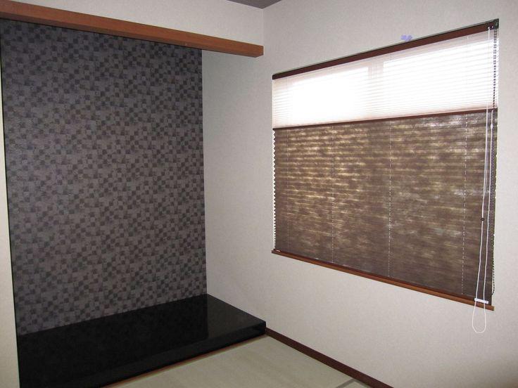 和室の壁紙 : 「インテリア館セレス」のブログ ダークグレイの幾何学模様の壁紙を床の間に。 プリーツスクリーンもスモーキーなブラウン色。 モノトーンのシックなモダン和室に。