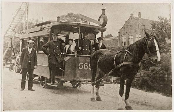Amsterdam, De paardentram op de Haarlemmerweg ter hoogte van de Westergasfabriek, juli 1916. In de binnenstad was de paardentram al enkele jaren vervangen door de 'elektrieke', maar in juli 1916 reed er nog een paardentram naar Sloten.
