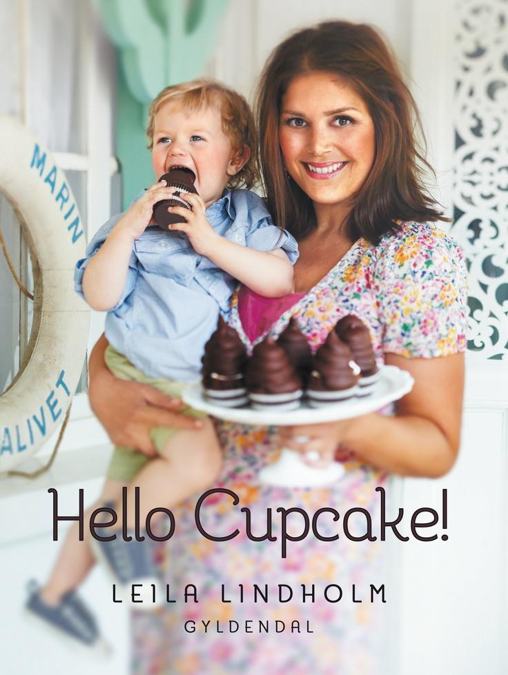 Hello cupcake! er verdens sødeste lille bog om cupcakes og whoppies. I sin femte bog fokuserer Leila Lindholm på det pittoreske og det søde liv med en bog fyldt med skønne cupcakes. Bogen er fotograferet i Frankrig og er spækket med fantastiske farver og cupcakes. Bogen er perfekt inspiration til alle, som elsker at bage, og som planlægger fest for både store og små.