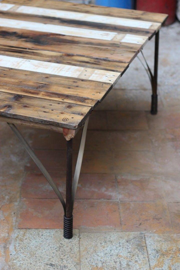 Mesa ratona realizada en madera reciclada y metales, con detalles en bronce. medidas 120cmx87cmx47cm de alto. ideal para jardin por los materiales con los que esta hecha y por la proteccion que se le dio a los mismos
