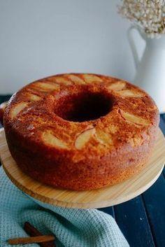 BOLO DE MAÇÃ - Vai Comer o Que - Ingredients 3 ovos 3 maçãs (com ou sem casca) cortadas em pedaços 3/4 de xícara de óleo 1 xícara de açúcar 2 xícaras de farinha de trigo 1 colher de sopa de fermento 1 colher de sopa de canela 1 maçã picadinha 2 maçãs em fatias para untar a forma Instructions 1. Em um liquidificador, bata as 3 maçãs com o óleo, ovos e açúcar. 2. Em um bool, misture a farinha com o fermento e canela. 3. Adicione a parte líquida e misture. 4. Acrescente a maçã picadinha e…