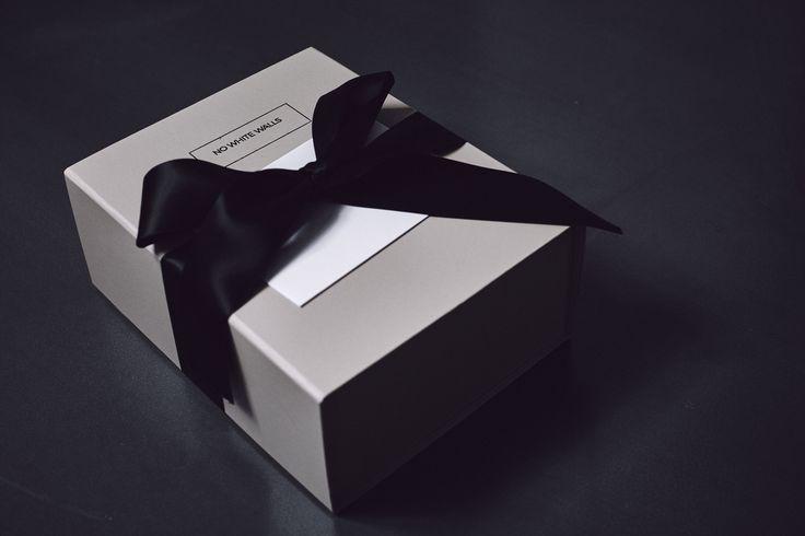 Når du køber en gave hos No White Walls er det her gaven du kan stillle på gavebordet. Den indeholder et kort, beviset, en forklaring af konceptet og ikke mindst et stærkt udsnit af de gallerier og kunstner gaven kan blive til. En gaveide eller gave til næste gang du skal til stor fest: 40 års fødselsdag, bryllup eller en anden mærkedag.  http://nowhitewalls.dk #takforkunst #wedding #weddinggift #weddinggiftlist #weddingwishlist #weddinggiftideas #giftideas