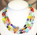 Allegra e coloratissima collana a tre fili, con perle in vetro di Murano e chiusura con cristalli aurora boreale.