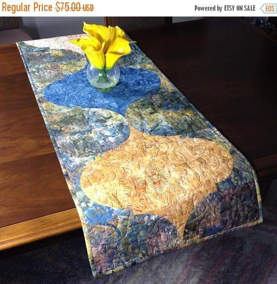 Tablerunner matelassé, or Taupe et ardoise bleu Batik Table Runner, Quilt main Table réversible, marocain Mofit Tablerunner, salle à manger Decor ----------------------------------------- Bien que conçu comme un chemin de table au look moderne, cette courtepointe pourrait également être utilisée pour orner votre mur, une commode, table basse, table de canapé, buffet, bureau, lit ou piano dessus. La taupe, ardoise couleurs bleu et or sont polyvalent et peuvent être utilisé en toute saison…