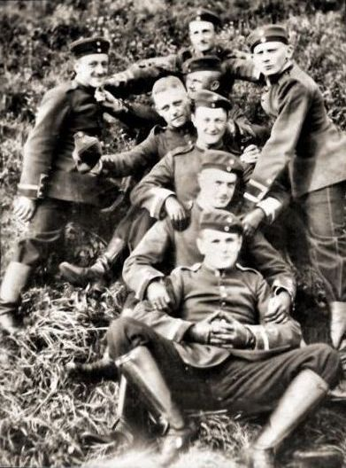 letters-from-kur:Manfred von Richthofen with fellow Uhlans.