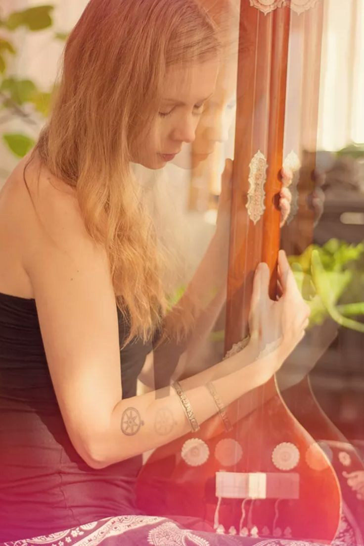 Nice music from Aleeiah Sura. This picture with a tanpura but also talented handpan-player #tanpura #handpan You should follow  #AleeiahSura (search her music on Bandcamp)