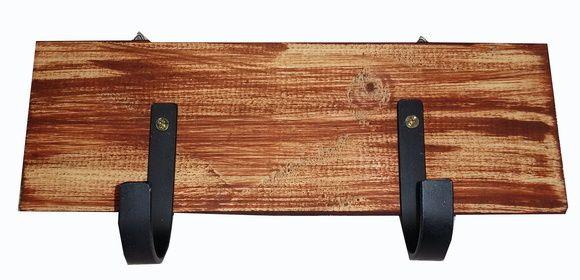 Cabideiro em madeira de demolicao patinado com dois ganchos, rústicos de ferro.  Rustico e pratico, ideal para pendurar bolsas, casacos e deixar sua casa mais charmosa!  Peça unica!    Com suporte para fixacao na parede!