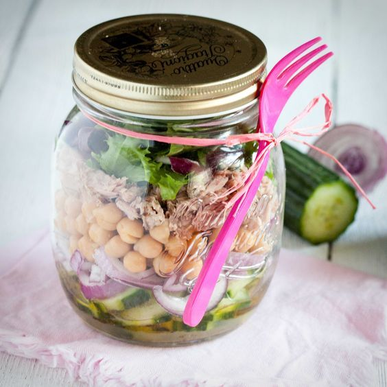 Trzy przepisy na sałatki na wynos w słoiku, idealne na lunch w pracy. Tyńczykowa z ciecierzycą, makaronowa z pesto i pieczoną papryką i soczewicowa z dynią.