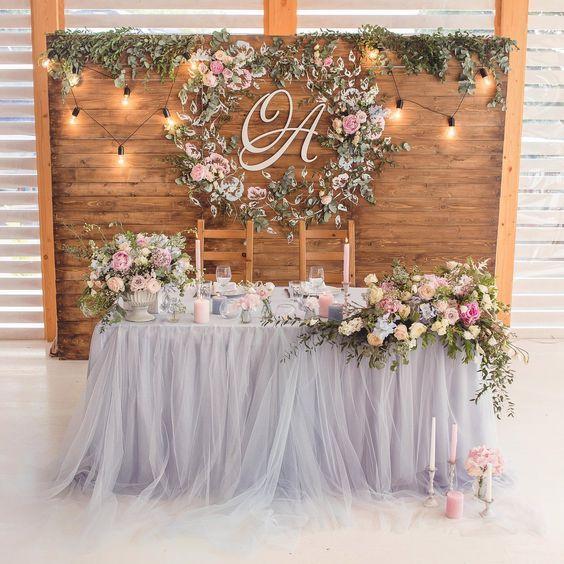 Mesa de los novios con decoración rústica