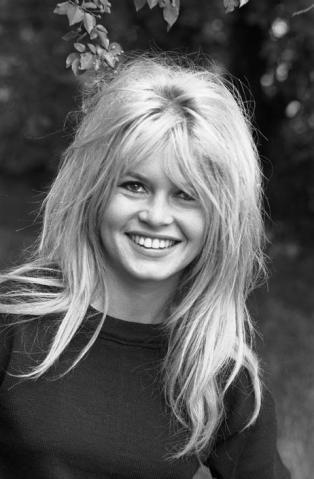 Brigitte Bardot Brigitte Bardot e sua marca registrada: longos cabelos com topete no topo da cabeça, franja repartida ao meio e fios bagunçados