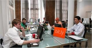 Business Incubators zijn er al een lange tijd. Ze bieden gedeelde kantoorruimte voor kleine bedrijven en start-ups, waardoor het huren van een kantoor goedkoper wordt en men kan profiteren van het delen van kennis.