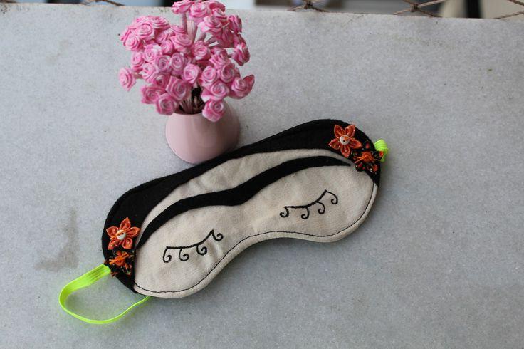 Máscara em tecido 100% algodão e detalhes em feltro. Vi na loja da Bruna Gargiolli http://www.elo7.com.br/mascara-de-dormir-frida/dp/3DA13B#df=d&uso=m