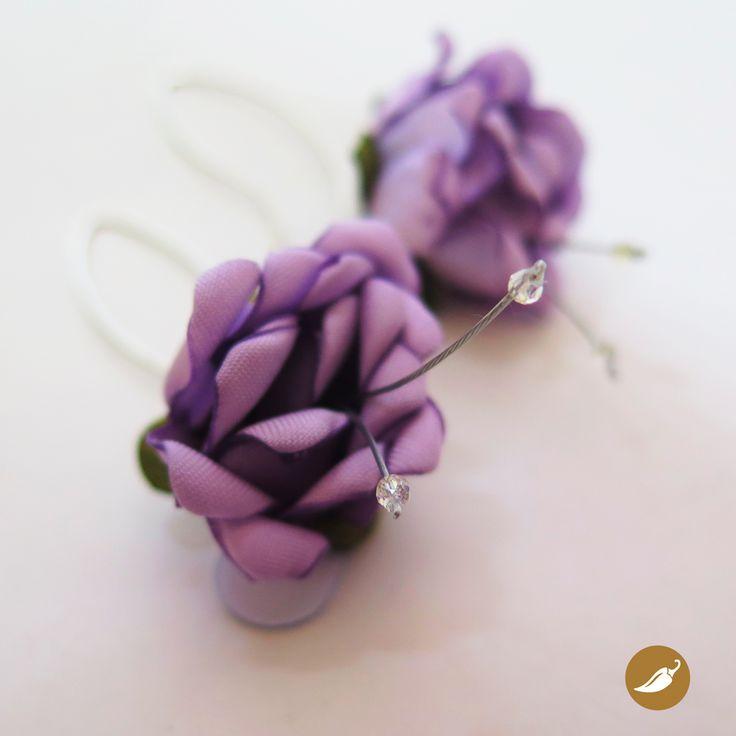 Aros con flores creadas a mano. Diseño de Niní del Río, para la tienda Ají, Diseño imprescindible.   www.tiendaaji.cl