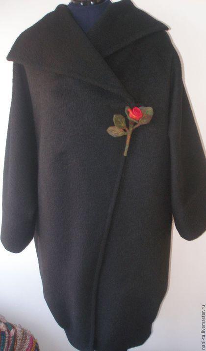 Купить или заказать Пальто из шерсти украшено методом сухого  валяния.'Красное и черное' в интернет-магазине на Ярмарке Мастеров. Пальто сшито из шерсти ламы и украшено методом сухого валяния. Сделано на заказ. Тема для декора 'Молдвские ковры 20-30х годов прошлого века и обязательно красные розы' была задана заказчиком.