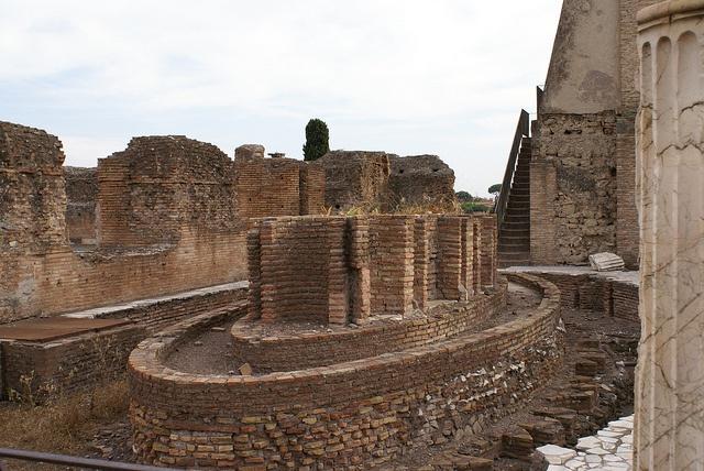 Domus Flavia no Palatino. Os emperadores Flavios (Vespasiano, Tito e Domiciano s.I d.C.) quixeron reconciliar ó pobo co poder imperial e así mandaron construir edificios públicos como o Coliseo e os baños de Tito no lugar antes ocupado pola domus aurea, o palacio de Nerón, emperador anterior. Así, a residencia imperial trasladouse ó Palatino. A Domus Flavia é só unha parte do enorme palacio de Domiciano.