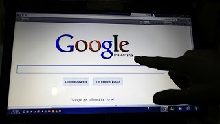 Las autoridades israelíes mostraron un   profundo descontento con la decisión de   Google de reconocer al Estado Palestino y   acusaron al gigante de internet de apoyar la   independencia de los palestinos.  Google siguió el paso de la ONU de   reconocer al Estado Palestino.