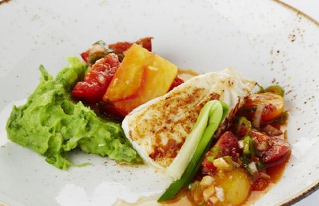 Gebakken pladijs met peterseliepuree, tomaat en jonge ui