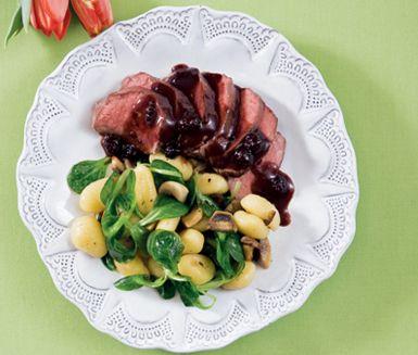 Ett smakrikt recept på saftig lammfilé med svampgnocchi och delikat björnbärssås. Du gör det av bland annat lamm, schalottenlök, rödvin, balsamvinäger, rosmarin, björnbärsmarmelad, svamp  och gnocchi. Perfekt till fest!