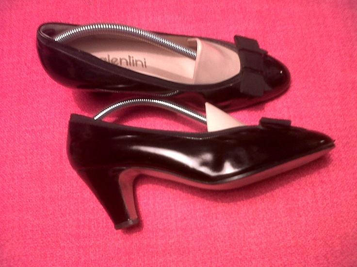 black patent leather 50s decolleté with grosgrain bow
