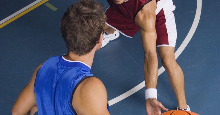 Movimientos en contra de jugadores de baloncesto altos. El baloncesto es un deporte donde la altura es una ventaja. No se puede entrenar la altura, una vez que te hayas desarrollado completamente, ninguna cantidad de entrenamiento o ejercicios te hará más alto. Los jugadores más cortos deben aprender movimientos para compensar su falta de altura, pero no están solos, la mayoría de los jugadores de ...