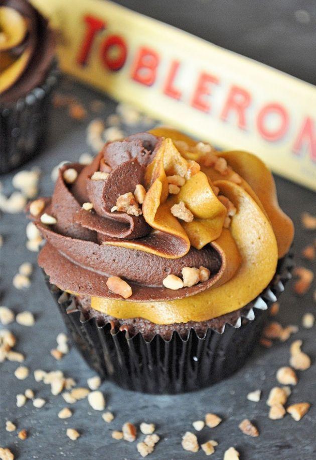 Ingrédients pour 8 cupcakes : 80 g de beurre 70 g de chocolat noir 1 oeuf 100 g de sucre en poudre 120 g de farine 2 c.s. de cacao en poudre sans sucre 1/2 sachet de levure chimique 110 ml de lait 1 c.c. d'extrait de vanille 100 g de Toblerone pour les pépites