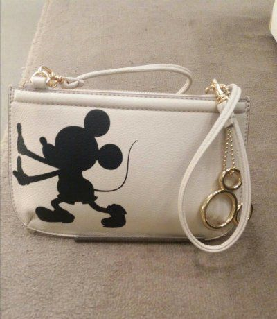 Conheça a coleção da Arezzo Disney, cheia de bolsas, sandálias e sapatos com referências dos ratinhos Mickey e Minnie que a gente tanto ama!