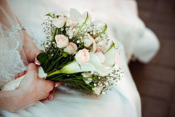 Букет невесты из нежно-розовых роз, белых калл и гипсофилы, декорированный белой атласной лентой  - фото 707529 Фотограф Федорова Ольга