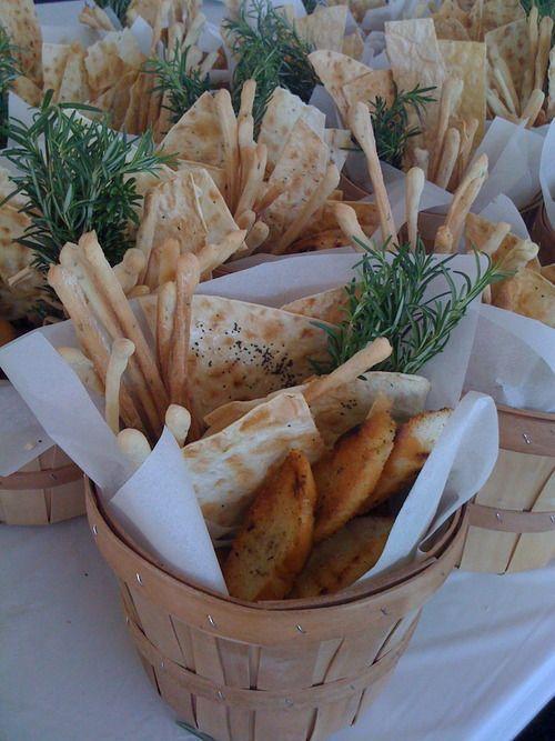 Mini Körbe mit Brot entlang der Tische sowie Geri…