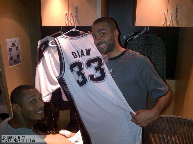 Boris Diaw présente son nouveau maillot des Spurs de San Antonio