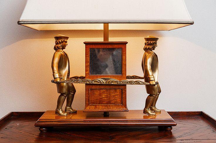 Компания THEODORE ALEXANDER – искусный мастер воссоздания исторических предметов интерьера. Настольная лампа «Променад» выполнена в колониальном стиле. Она изготовлена из необычной древесины пау амарилло, имеющей золотисто-коричневый цвет. Бронзовые фигурки носильщиков-скороходов держат в руках портшез (переносную карету) из дерева и состаренного зеркала. #свет #светильник #лампа #настроение #атмосфера #украшение #интерьер #дизайн_интерьера #интерьер_дизайн #декор