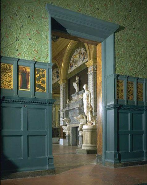 """В 1860-х Музей Виктории и Альберта обратился к фирме с просьбой заняться отделкой одного из залов, который назывался """"Зеленая столовая"""", но с тех пор он известен как Моррисовский зал. Витражи Берн-Джонса, панели, замечательный сундук и пр. - комната целиком является экспонатом музея."""