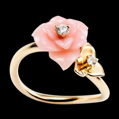 Piaget Rose ring in 18K rose gold, set with 2 brilliant-cut diamonds (approx. 0.11 ct) and a carved pink opal.