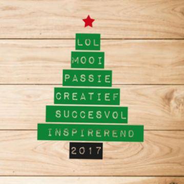 Kerstkaart met houten achtergrond en kerstboom opgebouwd uit letters en woorden als inspirerend, succesvol, creatief, passie en mooi.