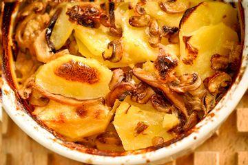 Gratinado de Cogumelos frescos e Batatas  3 a 4 unidades (aproximadamente 700g) de batata Monalisa    350ml de leite integral    3 colheres (sopa) de vinho branco seco    2 colheres (sopa) de manteiga sem sal    2 colheres (sopa) de azeite extra virgem    300g de cogumelos frescos (shitake, shimeji, paris)    Sal, pimenta do reino e noz moscada