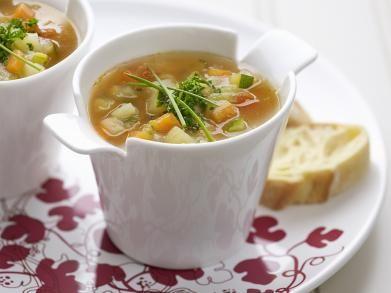 Groentesoep met wortel, ui, tomaat, prei, selder, raap, courgette, aardappel