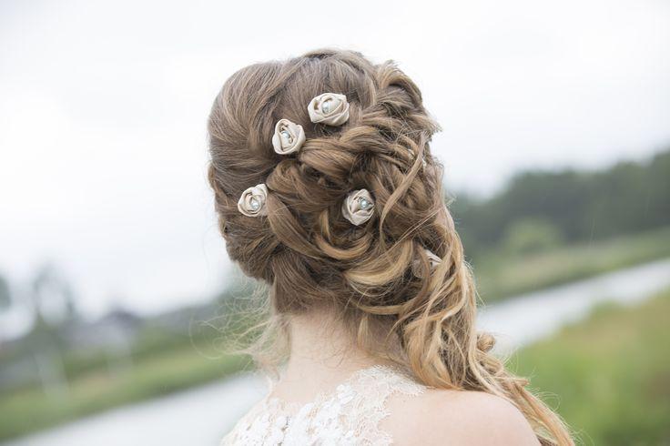 Bruidskapsel met vlecht en losse krullen  www.michellesstyle.nl