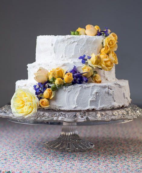 На вкус свадебный торт может быть таким, какой вы любите – фруктовый, бисквитный, хоть «Наполеон». А вот  wow-эффекта добьемся, украсив торт засахаренными цветами. журнал: Wedding magazine, фотограф: Сергей Усик, флорист: Борышкевич