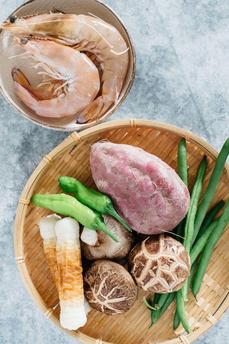 Tempura Donburi Zutaten-Garnelen, Fischkuchen Chikuwa, Shiitake Pilze, lila Süßkartoffel, Shishito, grüne Bohnen.